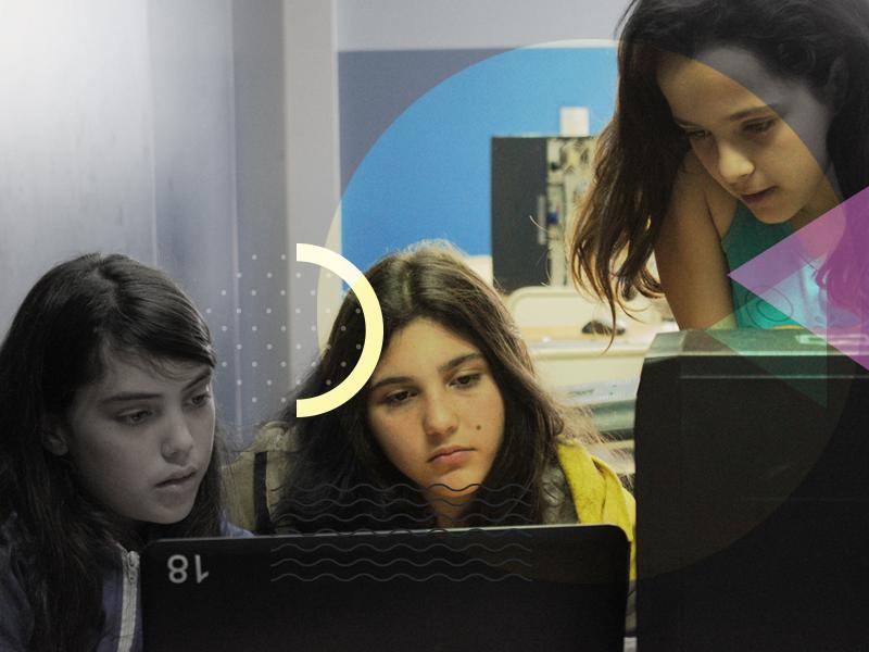Alumnos frente a computadoras.