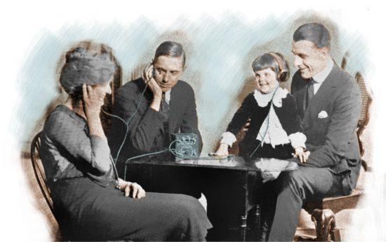 Familia escuchando radio